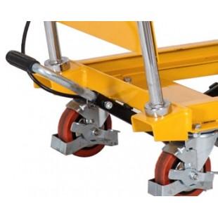 zoom sur les roues et la pédale de levée de la table élévatrice 150 kg