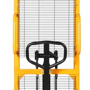 Zoom sur le timon, la double chaine et la grille de protection du gerbeur levee 1600 mm rapide capacité 2 tonnes
