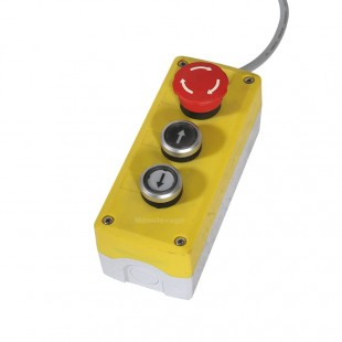 Boitier de commande avec bouton d'arrêt d'urgence.