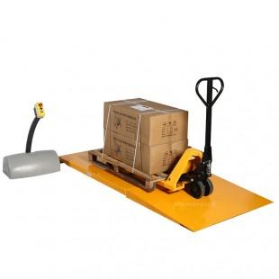 Table elevatrice extraplate 1000 kg avec rampe d'accès en cours de chargement.